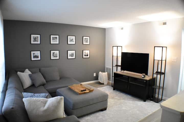 Cozy King Bed w/ FREE Parking & Minutes to DWTN