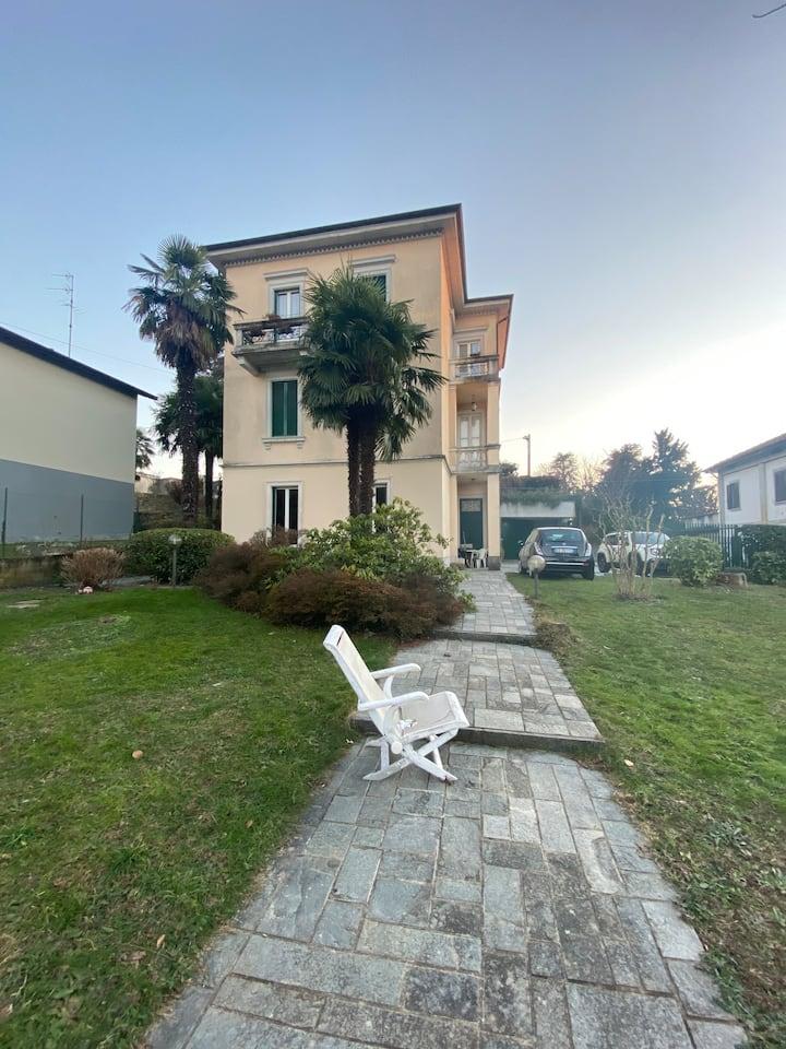 Camera e bagno privato in villa in Brianza