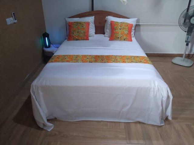 Grand lit pour deux adultes