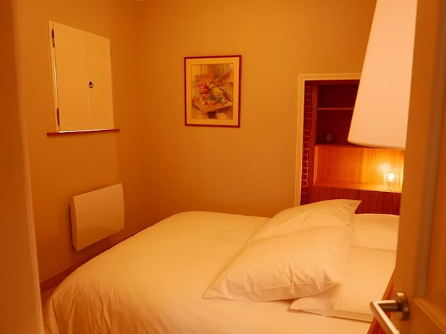 """La chambre """"Terre de Sienne"""" équipée d'un lit de 140x190, une penderie, une bibliothèque et placard"""