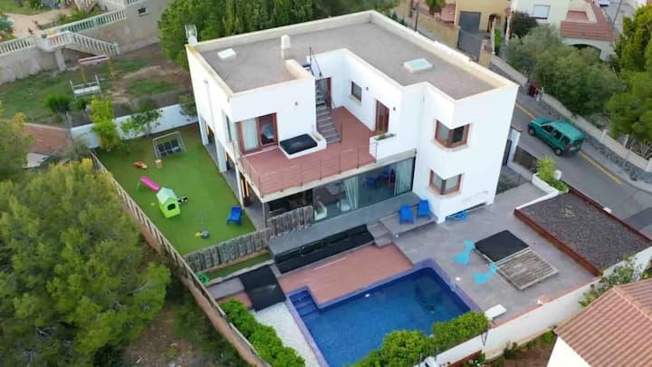 Escape the city...private villa with swimming pool