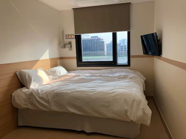 고급진 배딩과 넓은 시야가 있는 창으로 햇살이 가득 들어옵니다.  믿을 수 없으리 만치 조용하고, 편안한 종로 한복판의 침실입니다.