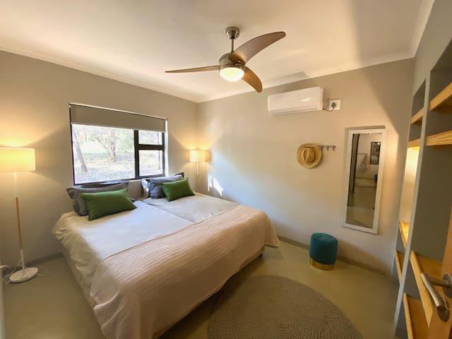 Slaapkamer 4 met twee eenpersoonsbedden, airco en fan.