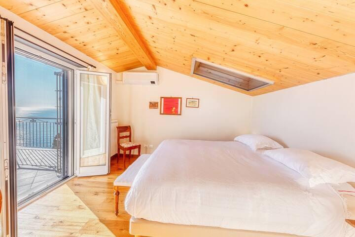 Camera da letto con terrazzo vista mare