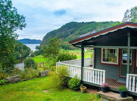 Lyngebu. Nice family cabin with sea view.