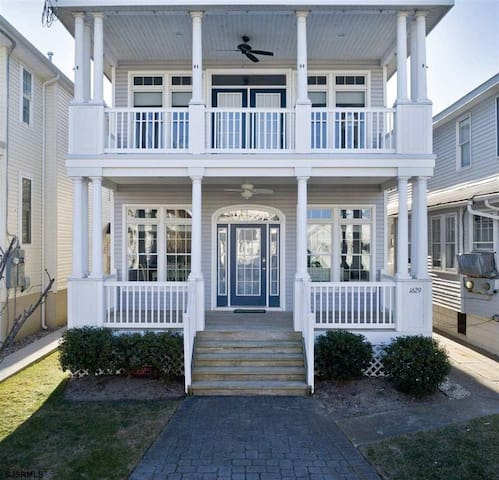 Close to beach, shops and boardwalk!