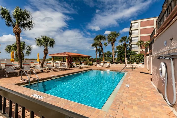Beach Life = Your Life: Top Floor Gulf Gate bliss