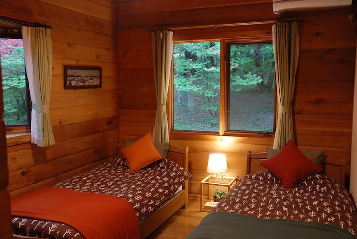 Bed room 2 : Two singles, Air conditioner. 寝室2 : シングルベッド2台、エアコン、スタンドライト等。