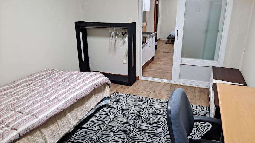 침실1, 침대(수퍼싱글), 노출형 옷걸이장