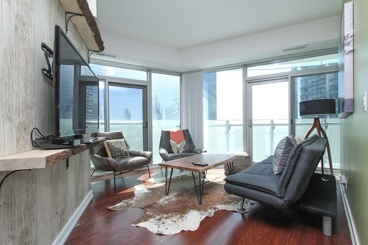 3 Bedrooms 2 Bath Waterfront Condo with Parking !