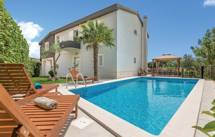 Holiday cottage Kokic with 6 bedrooms