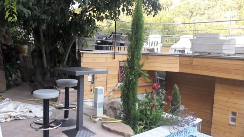 accès piscine sur 3 cascades naturelles de 4,00m de haut dans rochers naturels sur terrasse de 80m2