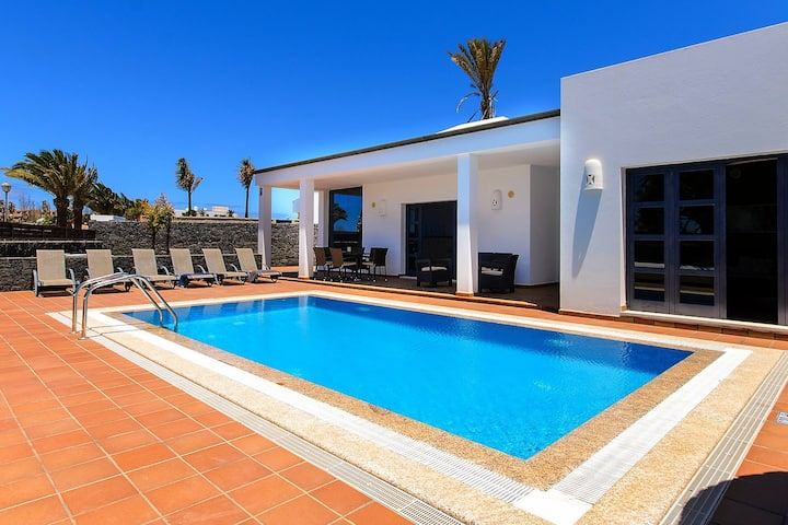 Villa deluxe with private pool ONLY families II