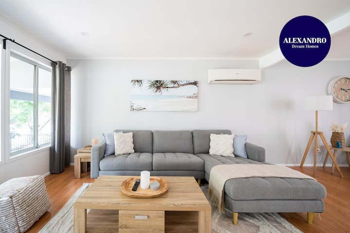 RENOVATED 4- BEDROOM HOUSE//MOMENTS FROM THE BEACH