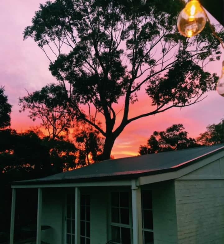 Somers Cottage Studio - where vines meet bay
