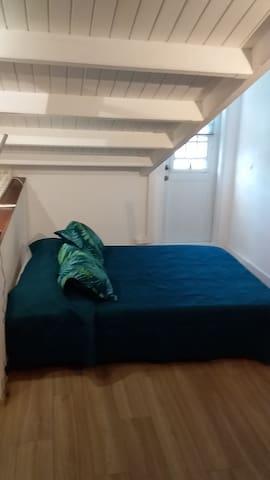 2ème niveau Chambre avec clim 12000BTU. Porte d'accès à la terrasse