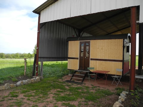 Petite roulotte située dans une ancienne ferme