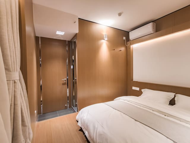 主卧室放置的是一米八的星港乳胶床垫!