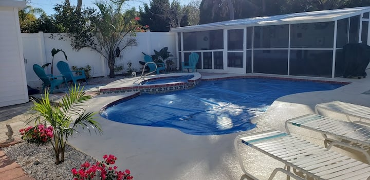 Solar heated private pool/jacuzzi Home near beach