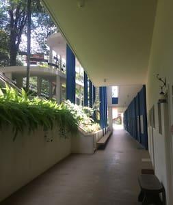 O apartamento fica no primeiro andar a entrada é plana e sem Impedimentos
