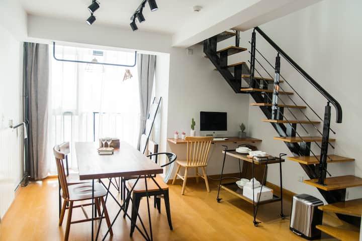 黑白loft复刻|阳光100|供暖|带早餐|投影|近泰华万达银座|栖夕民宿
