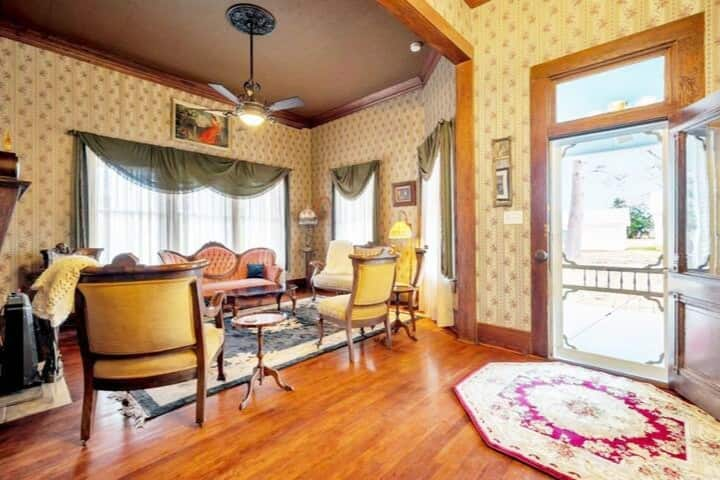 Luxe Private Room In Historic Hemphill Getaway!