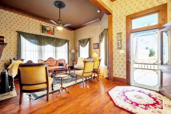 Luxe Balcony Suite In Historic Hemphill Home!