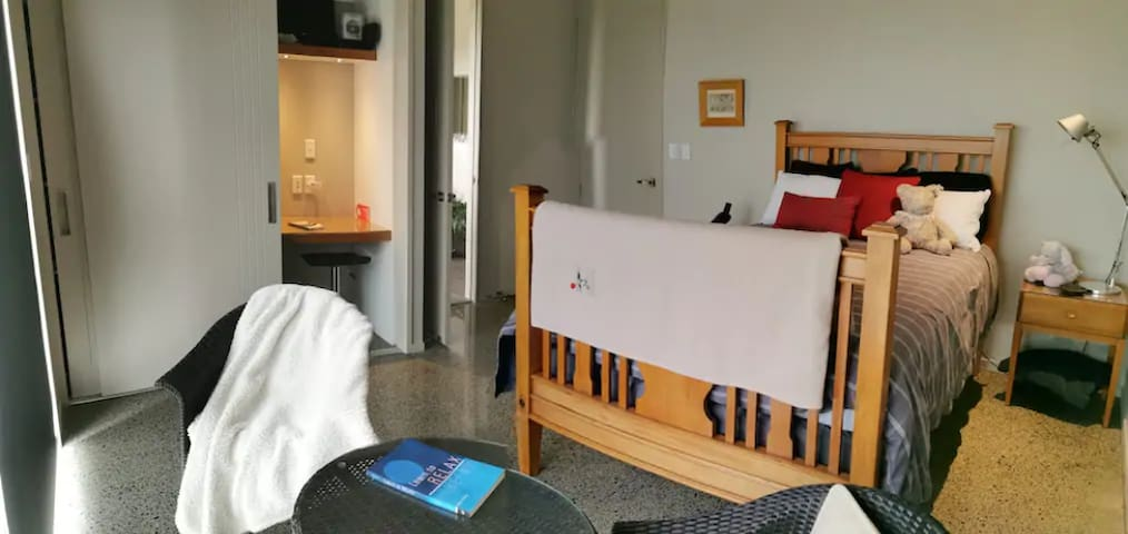 Double Bedroom w/mini office area and ensuite