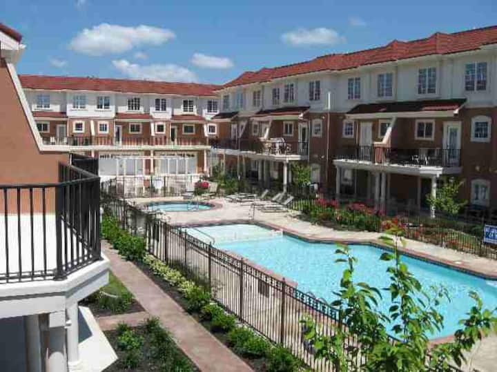 Luxury Condo 1 Block from Beach/Boardwalk w/ pool