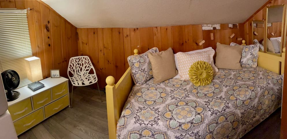 Upstairs twin daybed/laundry room: small space w/extra dose of cozy.