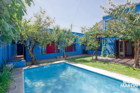 Casa estilo colonial reciclada con jardín y pileta