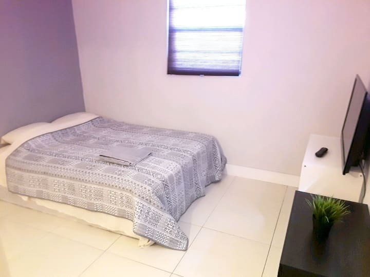 Comfortable quiet Bedroom 10min to hallandale bch6