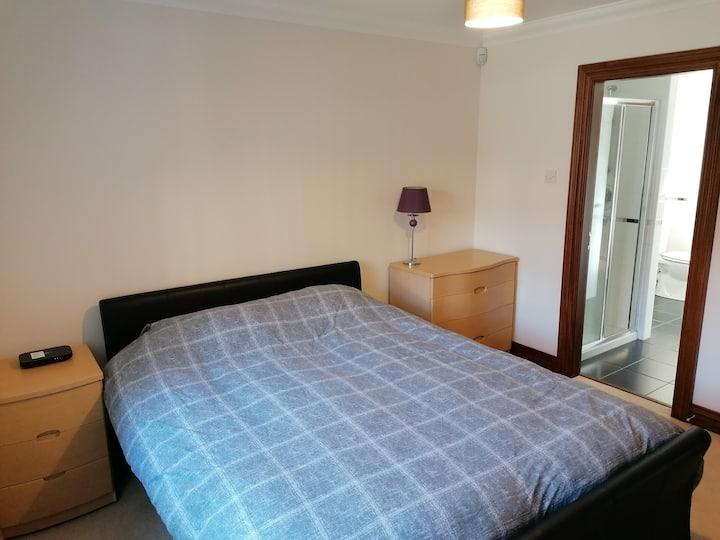 En-suite room: executive house on quiet cul-de-sac