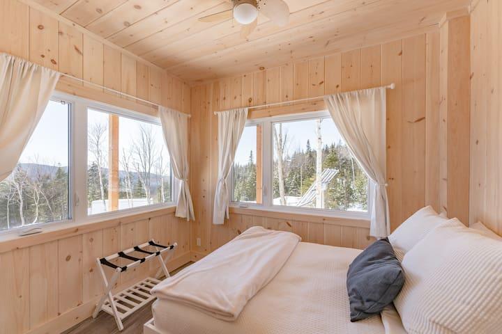 Chambre avec lit double au premier plancher.