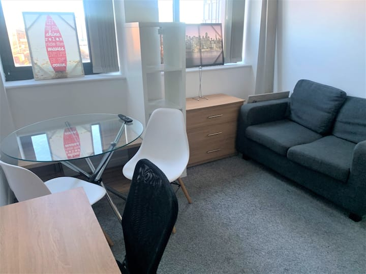 CENTRAL MANCHESTER SPACIOUS MODERN STUDIO WITH TV