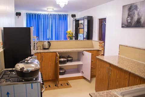 GODWINS STAY,ENSUITE, POOL, GYM, 7MINS TO AIRPORT
