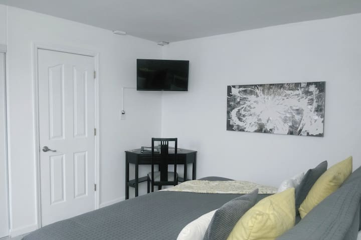 Main floor downstairs bedroom,  king size bed with luxury linens. Private bath located just outside the bedroom. Writing desk and chair, Smart TV & Wifi provided.