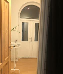 Dobbelt hoveddør kan åbnes let. Der er til ed en dobbeltdør mellem to rum i stuen