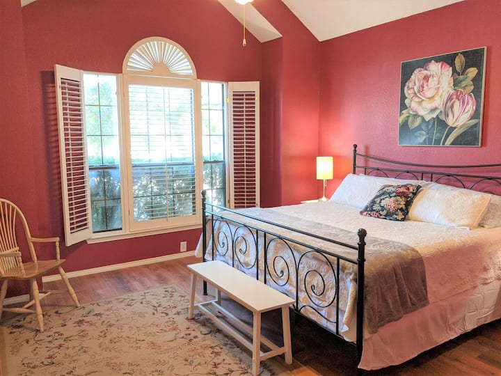 Cute 2 Bedroom / 2 Bath House in N Dallas w/garage