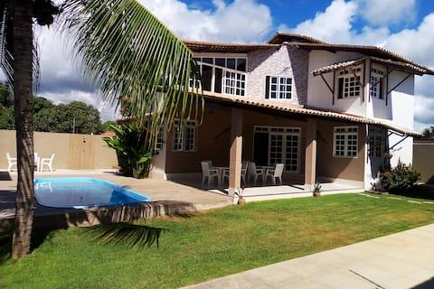 Linda casa com piscina em condomínio na praia