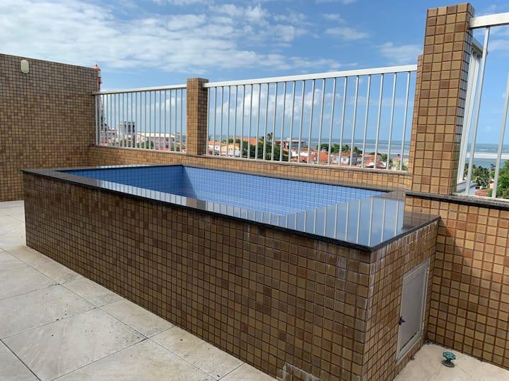 Cobertura duplex com piscina e vista para o mar.