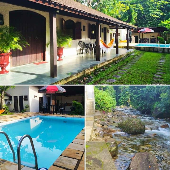 Casa no pé da serra com cachoeira & piscina