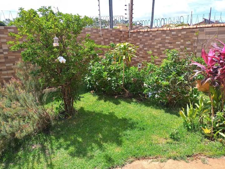 Casa com suíte, área gourmet e jardim