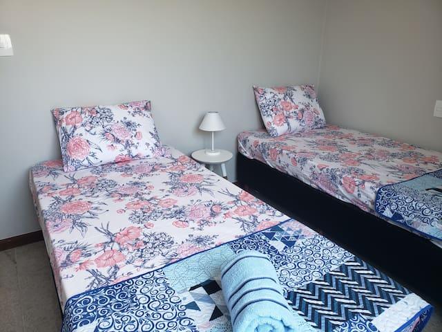 Quarto Peracanga: duas camas de solteiros, ao lado do banheiro social. Quase uma suíte!