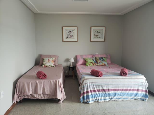 Suíte Passaredo: com varanda privatina e banheiro com hidromassagem.
