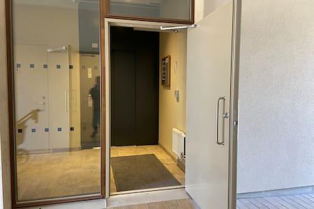 Entrén öppnas automatiskt med portkod. Inga trösklar eller trappor.