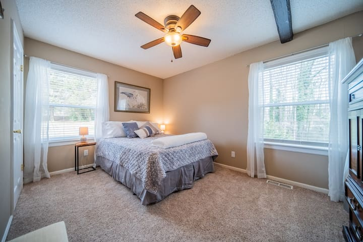 Queen bedroom shares bath with twin bedroom on the main level.