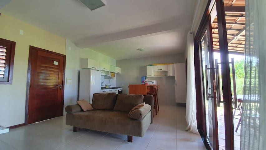 Visão da entrada da sala e da cozinha.