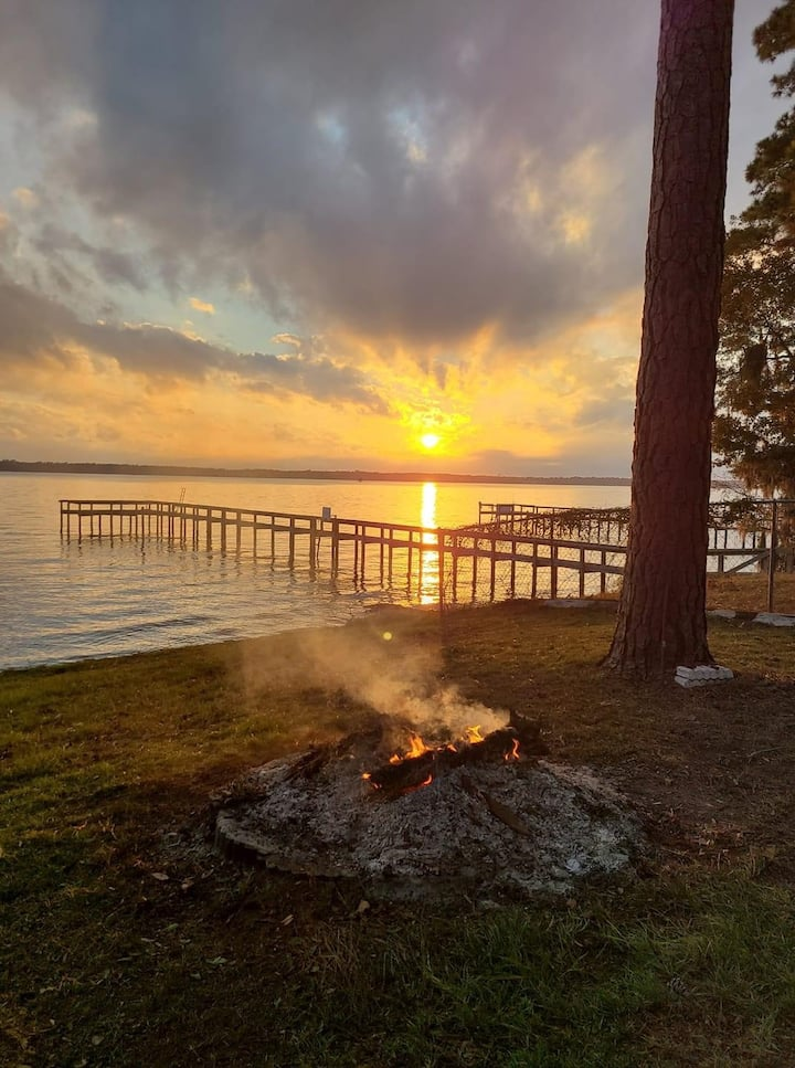 Lake Front Luxury Log Home 10 Minutes from I-95