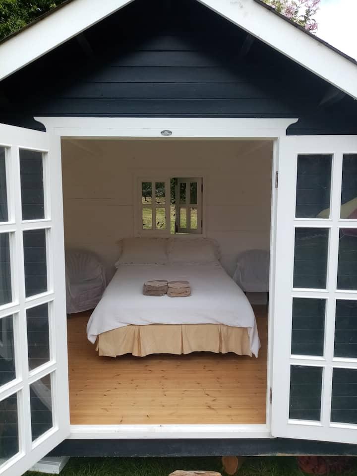 "Sea Rose Country Cabin ""Tui"""